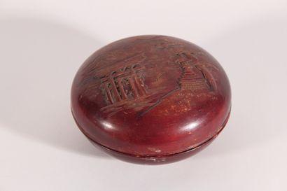 Boîte ronde couverte laquée à décor de pagode...