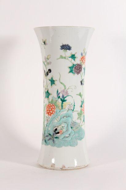 Vase cornet en porcelaine famille verte à...