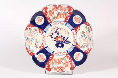 Plat en porcelaine à décor Imari, bords polylobés...