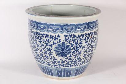 Bassin en porcelaine bleu blanc à décor de...