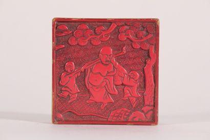 Petite boîte carrée en laque rouge à décor...