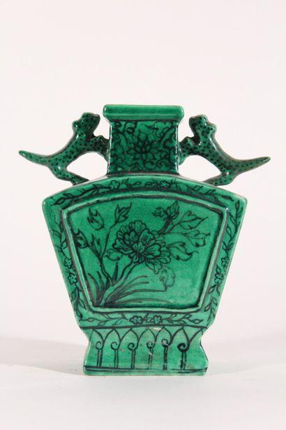 Petit vase en céramique émaillée vert et...