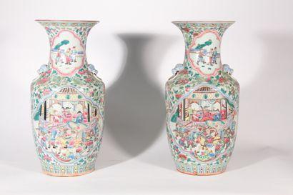 Paire de vases en porcelaine de Canton décor...