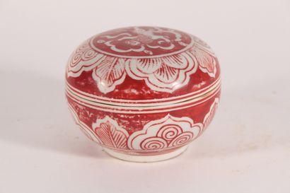 Petite boîte en céramique décorée en rouge...