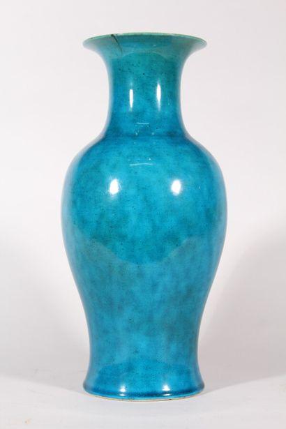 Vase en porcelaine à glaçure turquoise craquelée...