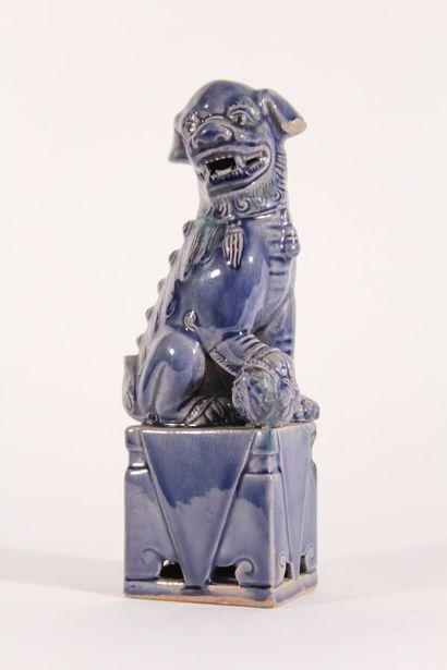 Chien de Fô en porcelaine émaillée bleu  Chine,...