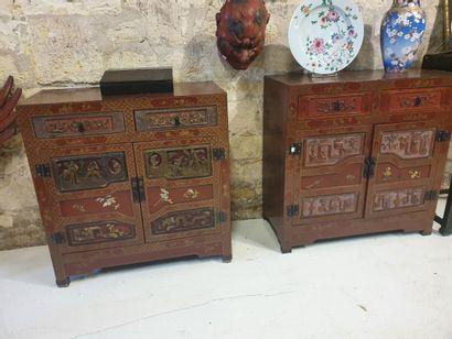 Deux cabinets de travail en bois laqué à...
