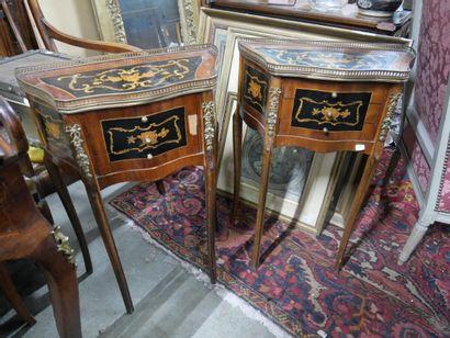 Paire de petits meubles d'appoint de forme...