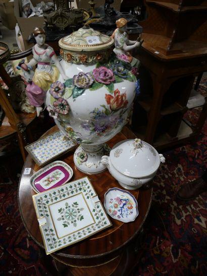 Vase en porcelaine polychrome, décor en relief...