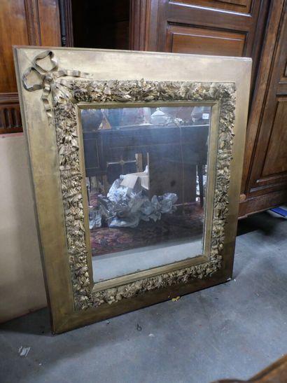 Miroir cadre en bois et stuc doré à décor...