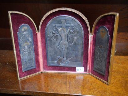 Crucifix formant triptyque en métal argenté...