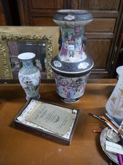 Vase en porcelaine de Nankin à décor polychrome...