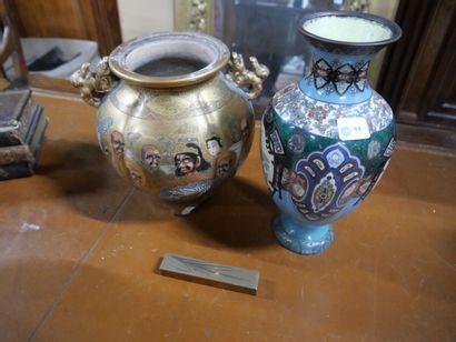 Vase en cuivre à décor émaillé de phénix...