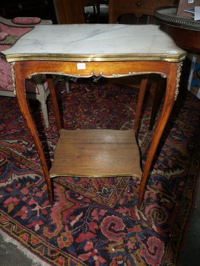 Petite table d'appoint en bois teinté et...