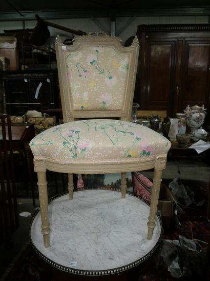Paire de chaises en bois peint et sculpté,...