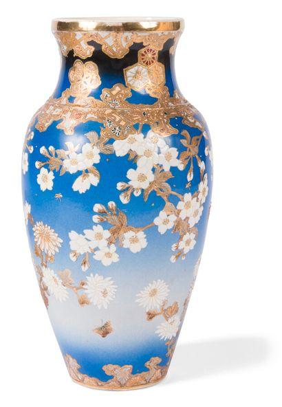 Vase en faïence Satsuma à fond bleu  Japon,...