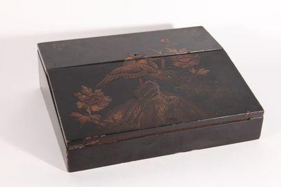 Petit écritoire en bois laqué à décor d'oiseaux...