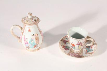 Compagnie des Indes  Petite verseuse en porcelaine...