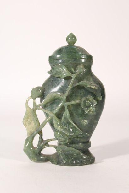 Potiche en pierre dure à décor sculpté de...