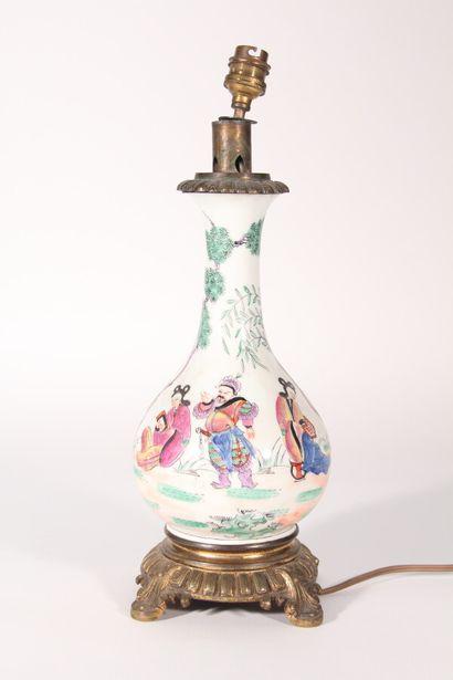 Vase en porcelaine à décor polychrome de...