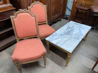 Paire de chaises en bois sculpté et doré...