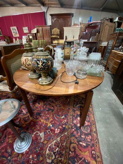 Table en bois teinté, plateau circulaire...