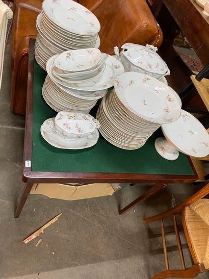 Table à jeu pliable en bois teinté acajou  XXème siècle  H.: 66 cm, L.: 75 cm. P.:...