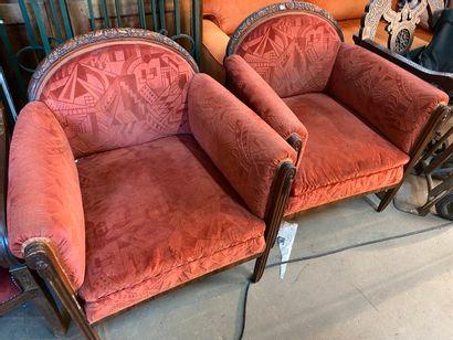 Paire de fauteuils en bois teinté et sculpté...