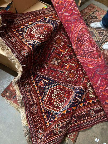 Tapis mécanique en laine à décor géométrique sur fond rouge  Iran, Xxème siècle...