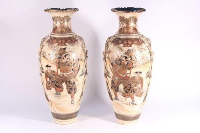 Paire de vases de forme balustre en faïence...