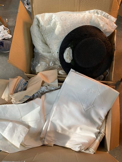 Dans deux cartons, ensemble de nappes et...