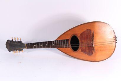 Mandoline en bois de placage  Début XXème siècle  H.: 73,5 cm  (Petits manques et...
