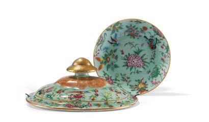 Assiette en porcelaine à décor polychrome...