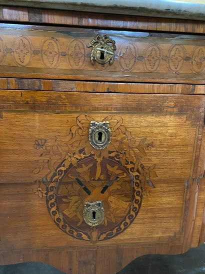 Commode à ressauts en bois de placage à décor marqueté de fleurs et attributs de...