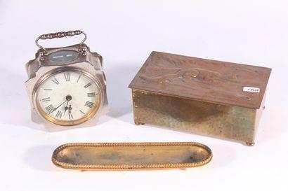 Réveil de voyage en métal  Début XXème siècle  On y joint un plumier en bronze doré...