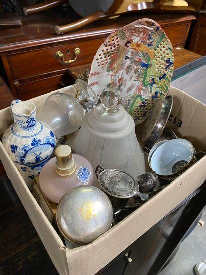 Dans un carton, 3 tasses en porcelaine, Japon,...