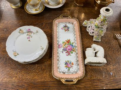 Bougeoir en porcelaine à décor polychrome...