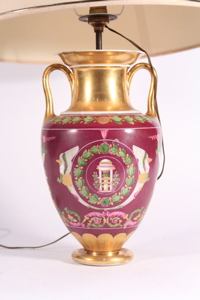 Vase à anses en porcelaine de Paris à décor de fleurs et cornes d'abondance sur...