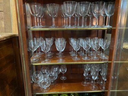 Partie de service de verres à pieds en cristal...