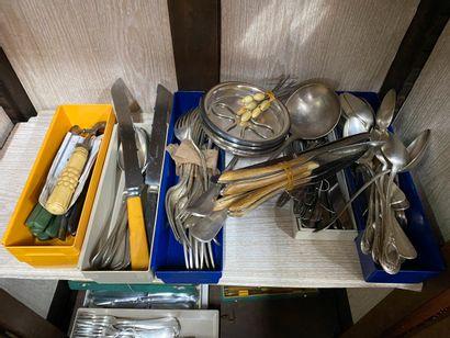 Ensemble de métal argenté comprenant : couverts dépareillés, douze couteaux manches...