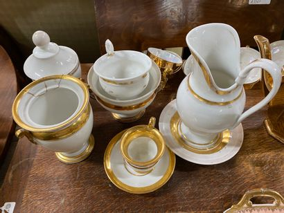 Service à thé en porcelaine dorée comprenant...
