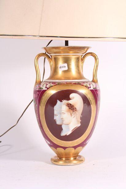 Vase à anses en porcelaine de Paris à décor...