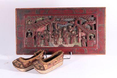 Panneau décoratif en bois sculpté et laqué...
