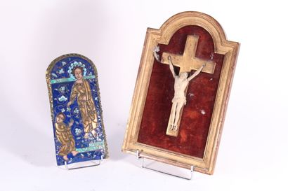 Crucifix en corne sculptée, cadre en bois...