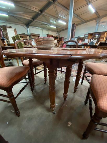 Table à volet en acajou mouluré repose sur six pieds parapluie  XXème siècle  H.:...