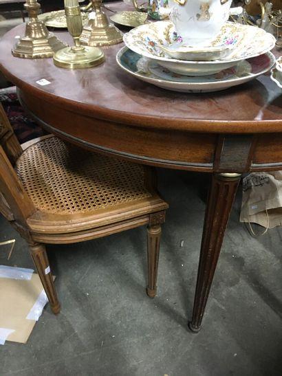 Table circulaire en bois teinté acajou et filets de laiton, piétement à cannelures...