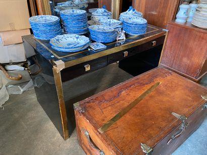 Bureau plat en bois laqué noir et baguette...