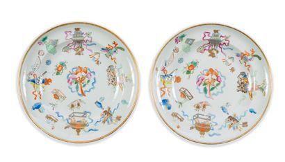 Paire d'assiettes en porcelaine à décor polychrome...