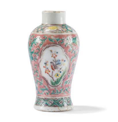 Petit vase en porcelaine polychrome  Chine,...