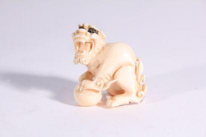 Netsuke dragon et balle  H.: 4.5 cm